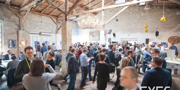 Teilnehmer beim Netzwerken und Diskutieren