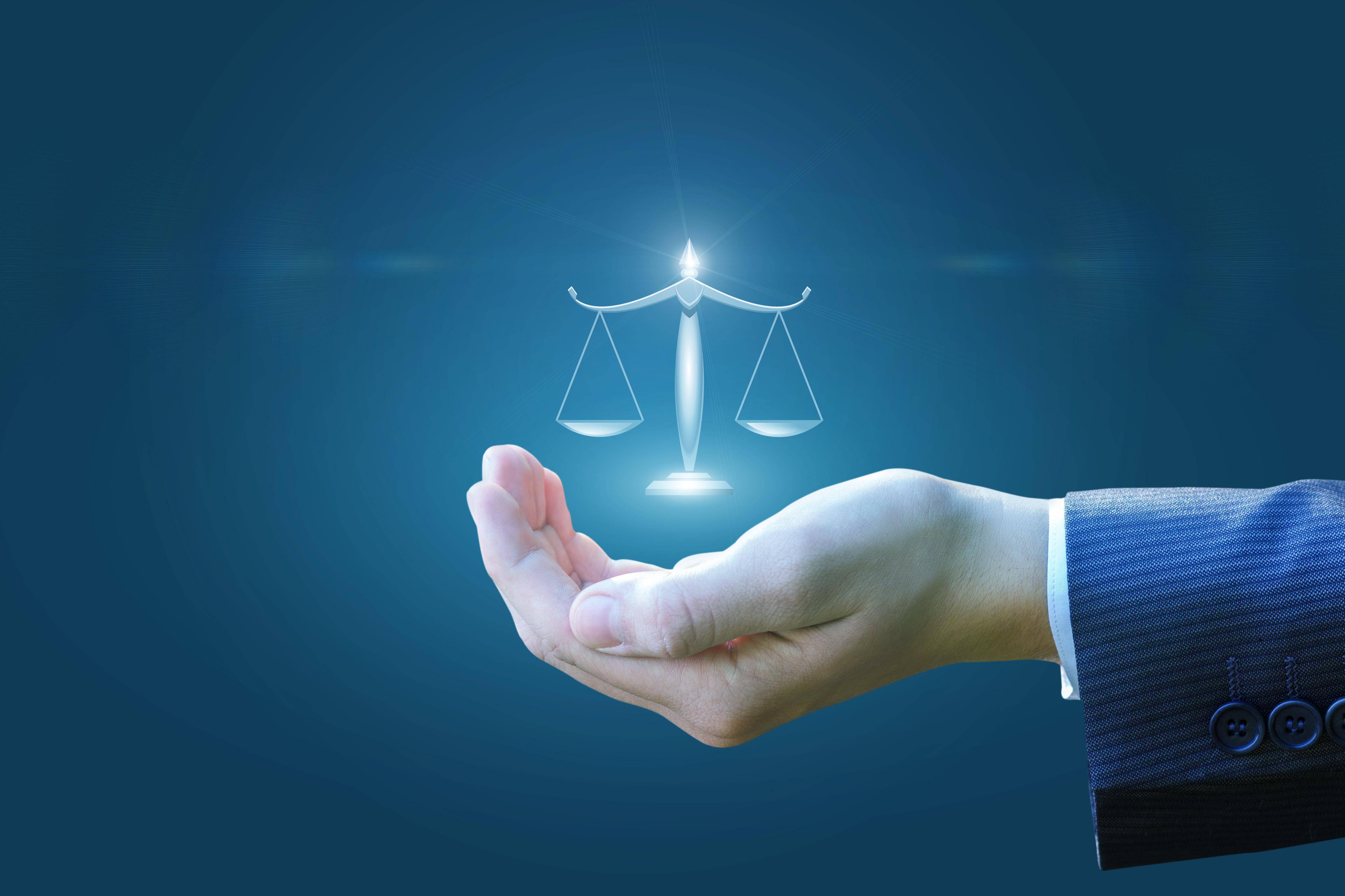 Titelbild zu same same but different – EBA-Initiative zur Harmonisierung von IRBA-Parametern (zeigt Anwaltshand die Waage hält)