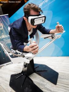 Grafik zeigt Teilnehmer, der den Virtual Reality Showcase auf der Handelsblatt-Tagung zum Thema Künstliche Intelligenz testet
