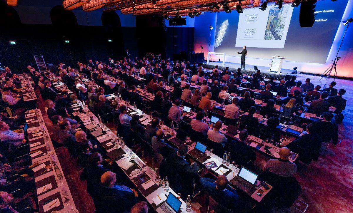 """Bild vom Präsentationssaal der Handelsblatttagung zum Thema """"Künstliche Intelligenz"""""""