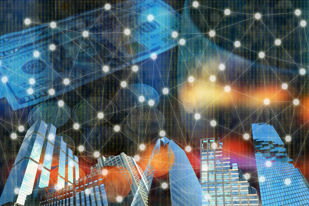 Verbindungen im Binären System im Vordergrund vor Hochhäusern als Metapher für die Blockchain-Technologie in Banking und Vermögensverwaltung