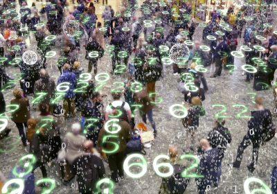 Binärer Code der von den Smartphones, die eine große Ansammlung von Menschen halten ausgeht als Metapher dafür, dass Datennutzung nicht kostenlos ist