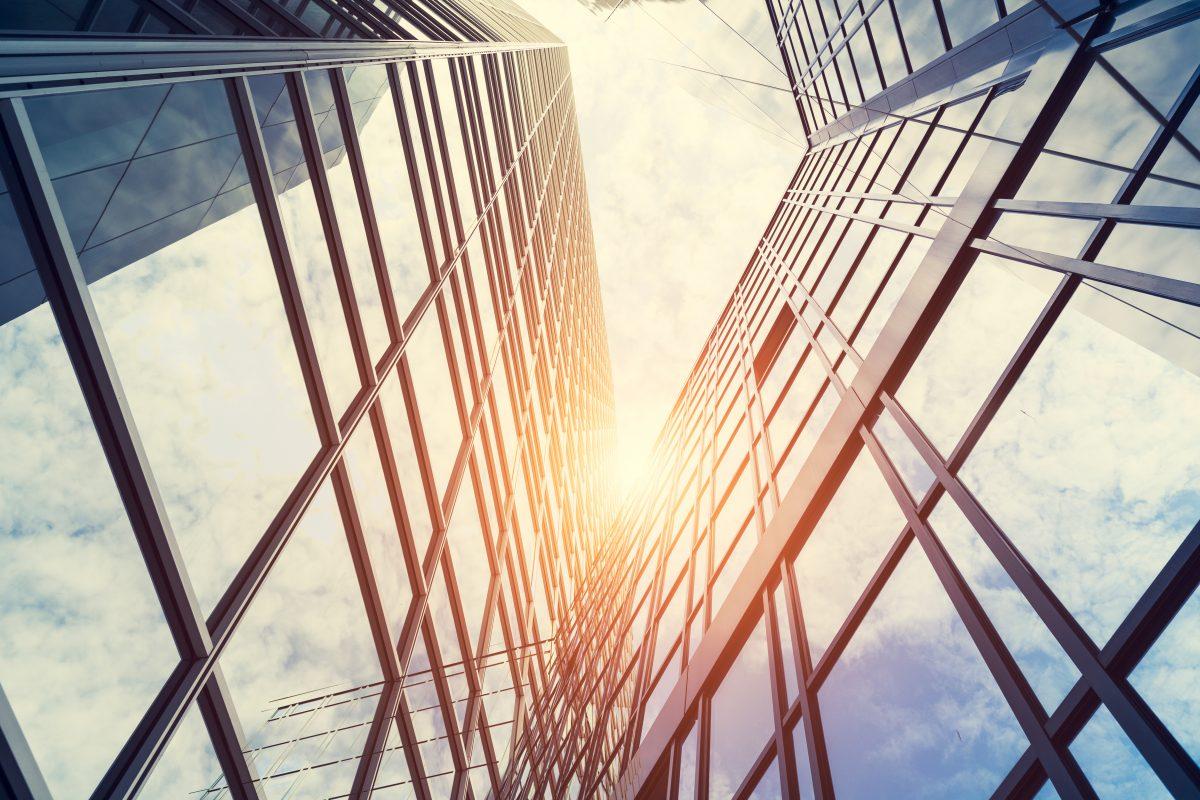 Moderne Architektur, die von Sonne angestrahlt wird als Metapher für Zukunftsfähiges Funding-Management