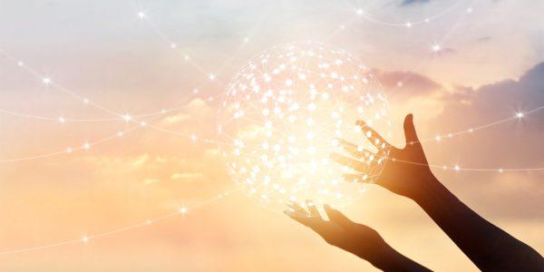Abstrakter Netzwerkglobus, in Händen gehalten, als Metapher für Innovationen im CEE-Banking – intelligenter Einkaufsberater Goodie