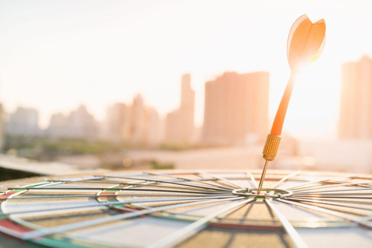 Roter Dart-Pfeil als Metapher für Ratcheting: Zielsetzung & Zielerreichung – bloß nicht übers Ziel hinausschießen!