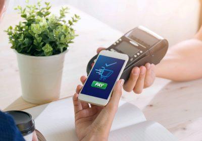 Nahaufnahme des kontaklosen Bezahlens zu Mobile Payment in Deutschland