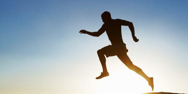Silhouette eines Läufers als Symbol für From compliant to efficient – End-to-end-Prozessoptimierung