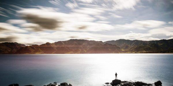 Frau, die auf weiten See blickt, als Metapher für Ausweitung der Anforderungen im Regulatory-Reporting