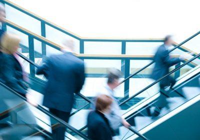 """Anzugträger auf auf- und absteigenden Treppen als Metapher für """"das Arbeitszeugnis"""""""