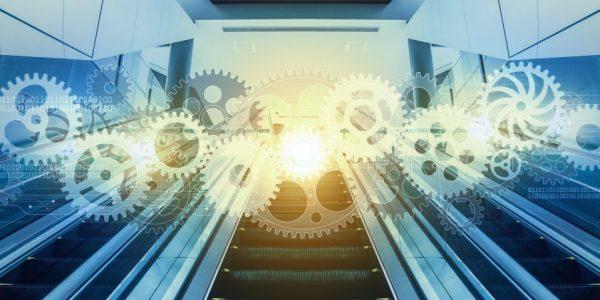 """Abstrakte Treppe vor einem Zahnrad als Metapher für """"Erfolgreich auf alle Ausbaustufen von agree21 migriert?"""""""