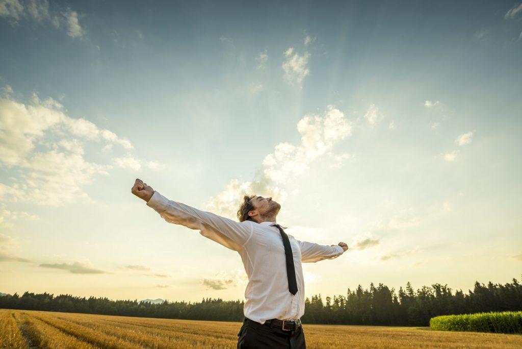 Dankbarer Business-Mann als Metapher für neue Laufbahnmodelle: Karrieremodelle neu gedacht