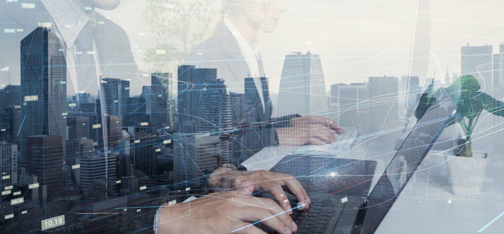 Abstrakte Darstellung von Personen vor Netzwerk an ihren Notebooks als Metapher für das Update des BaFin-Rundschreibens zum Zinsänderungsrisiko