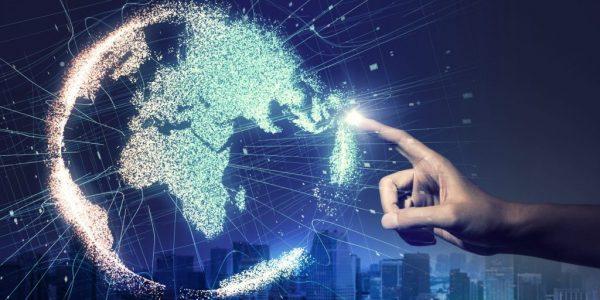 """Abstrakt Darstellung von Hand, die auf Globus deutet als Metapher für """"Welche Innovationen werden derzeit am Markt eingeführt?"""""""