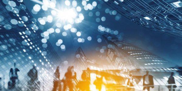 Silhouetten von Personen vor Hochhäusern auf der Straße als Metapher für zehn Jahre Regulierung nach der Finanzmarktkrise: Regulierungsinitiativen