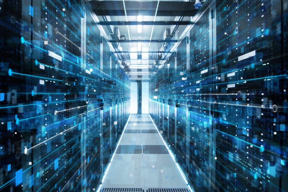 """Abstraktes Bild eines Serverraums zu """"Mehr Speed im Banking mit DevOps"""" / BankingHub"""