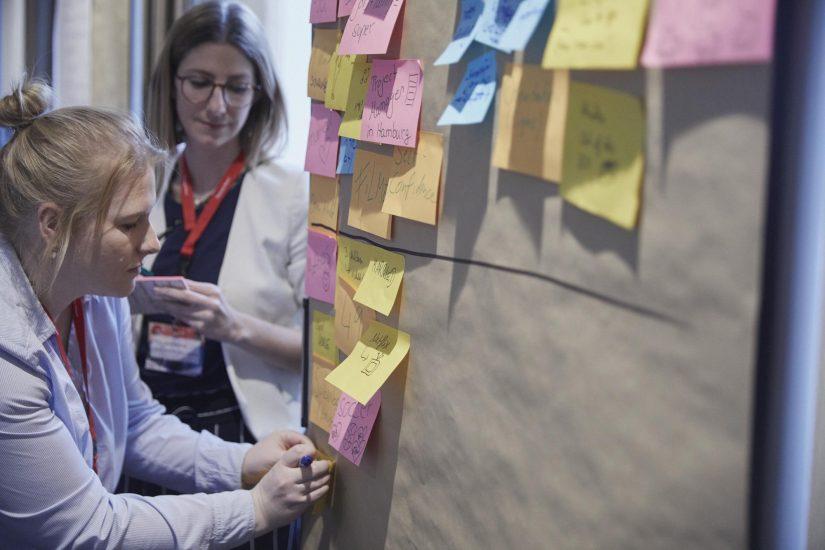 Das wichtigste Tool eines jeden Design Thinker: Post-its / Design Thinking Bootcamp / BankingHub