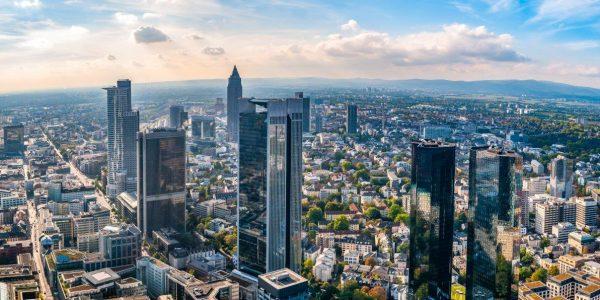 Skyline Frankfurt am Main in Deutschland mit den Finanzgebäuden bei Tageslicht in zeb.market flash (Issue 29 – April 2019) / BankingHub