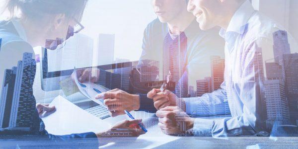 Businessmenschen vor Skyline als Metapher für Aktivitäten und Bestrebungen von US-Banken im Firmenkundengeschäft / BankingHub