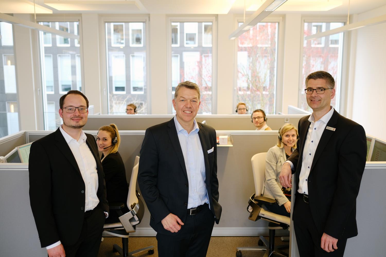 Im Vertriebsraum der Business-Line (von links): Pascal Uhl, LzO-Vorstandsmitglied Olaf Hemker und Business-Line-Leiter Holger Hullmann