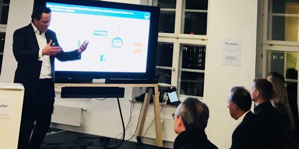 Foto mit Moderator und Speakern vom 8. Get Together für Banken und Fintechs / Data Analytics im Finanzumfeld /BankingHub