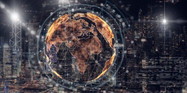 Abstraktes Bild von Weltkugel vor Stadt als Metapher für Interview mit Finastra – drittgrößtes Finanztechnologieunternehmen der Welt