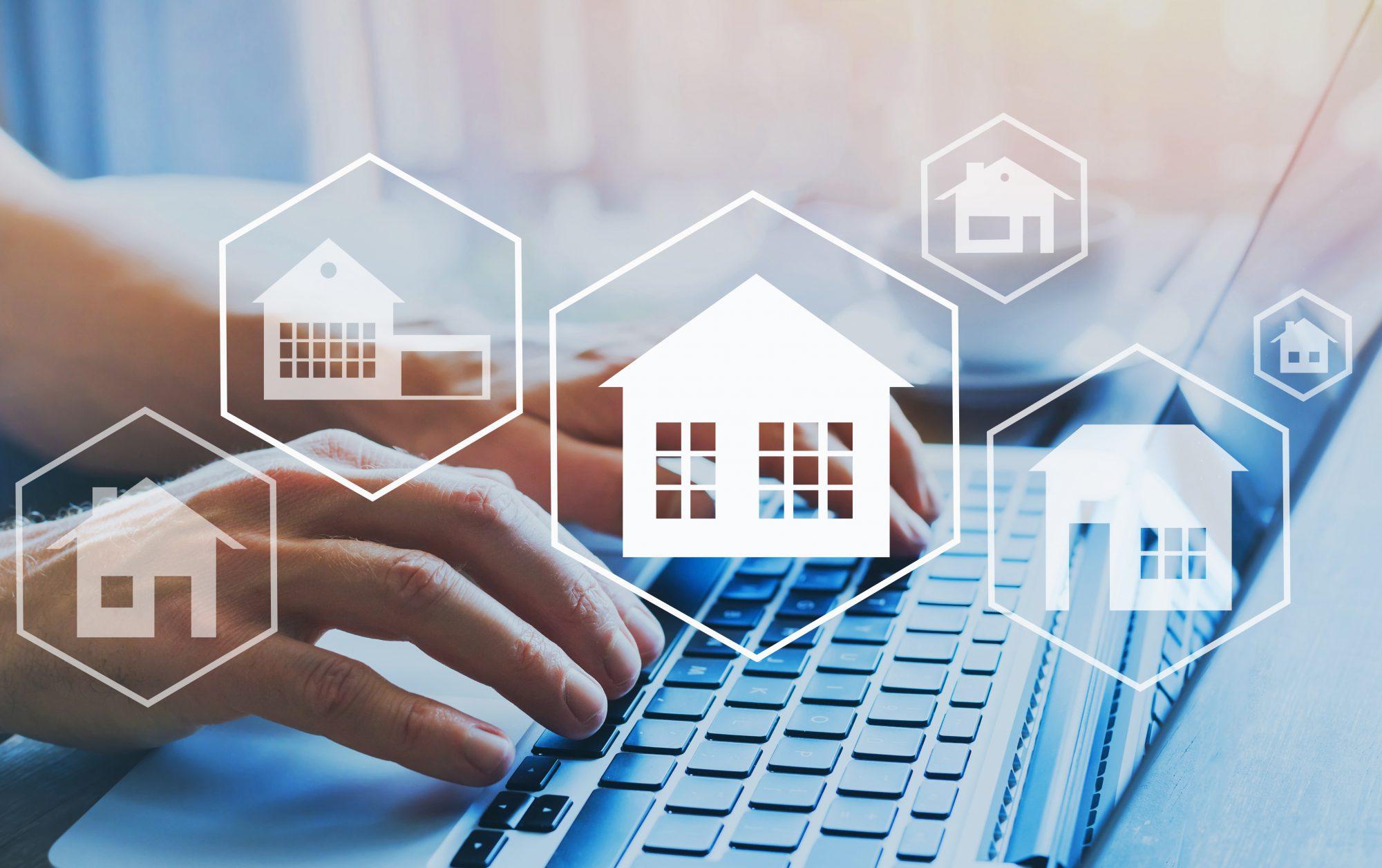 Abstraktes Bild: Person sucht online zur Baufinanzierung / Baufinanzierungen über Vermittlerplattformen