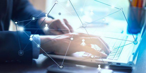 Businessmensch der remote arbeitet als Metapher für Arbeit und Kollaboration von virtuellen Teams im Krisenmodus