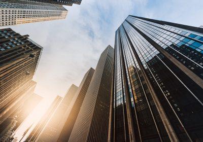 """Blick aus Hochhäuserschlucht als Metapher für """"Auswirkung der Corona-Pandemie auf Immobilienfinanzierungen"""""""