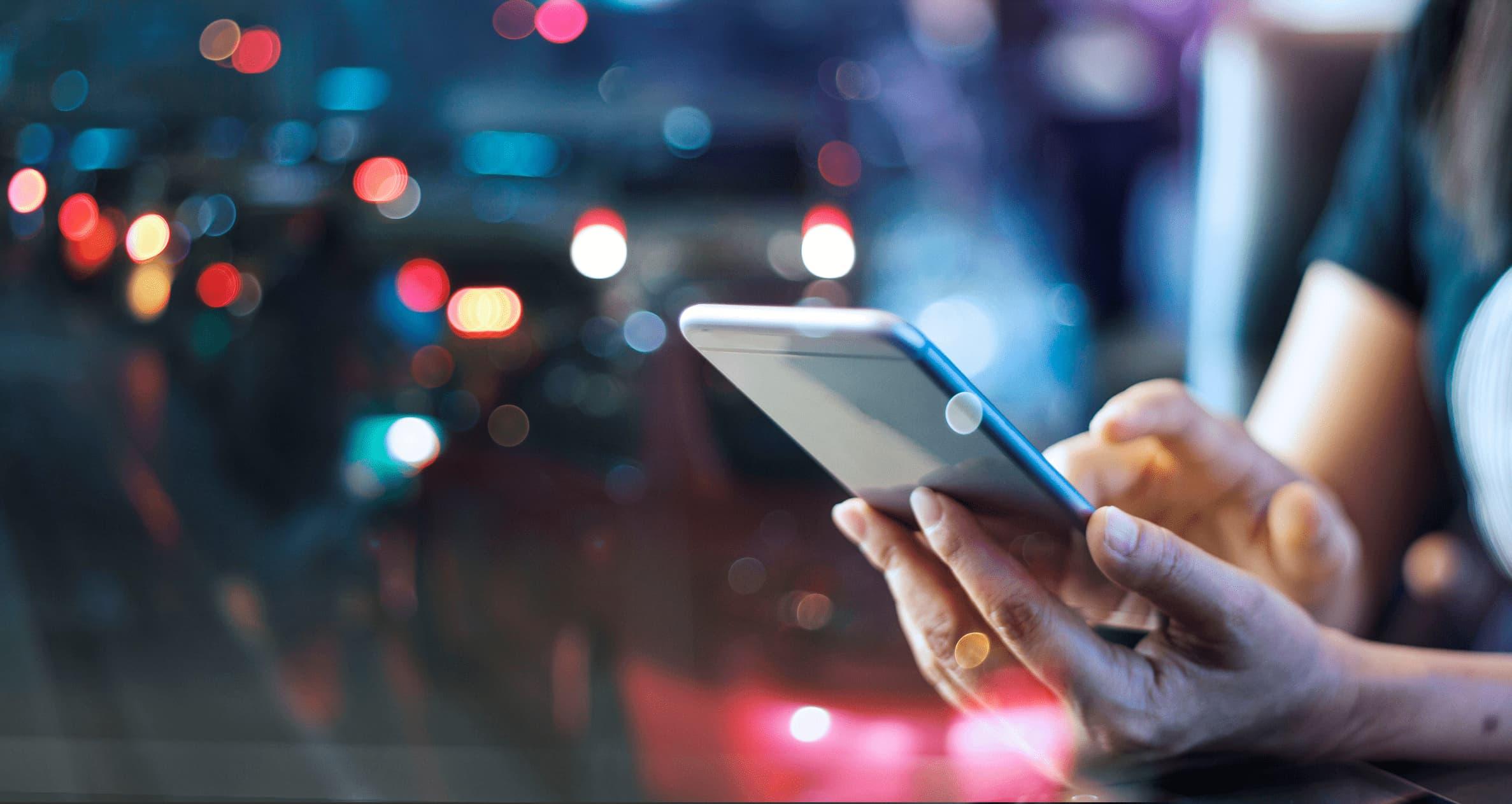 """Person am Smartphone als Metapher für """"Fünf Strategien für erfolgreiches Digital Banking in den 2020er Jahren"""""""