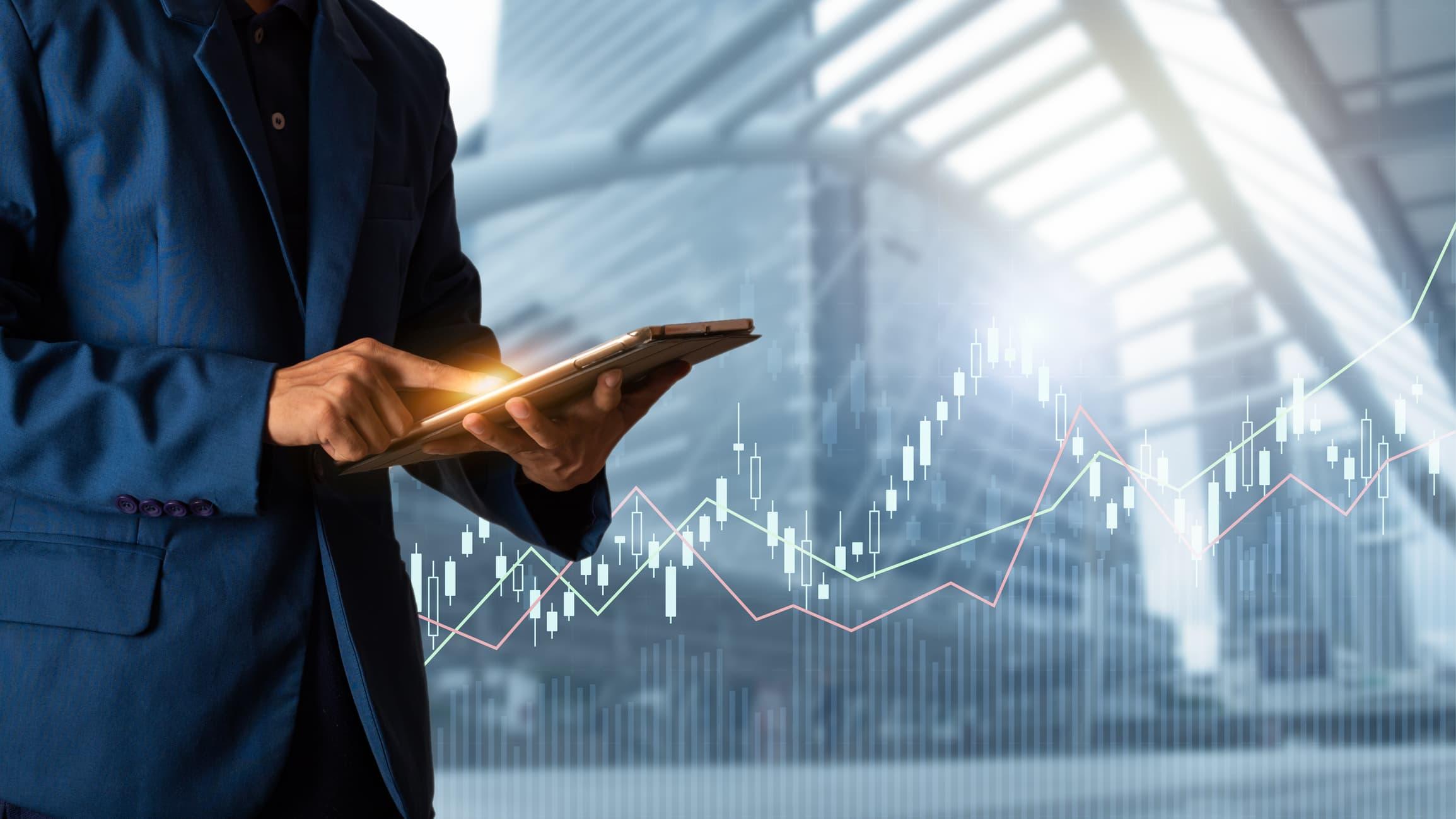 Businessmensch der auf Graphen schaut als Metapher für das Interview mit Credimi zur digitalen Kreditvergabe