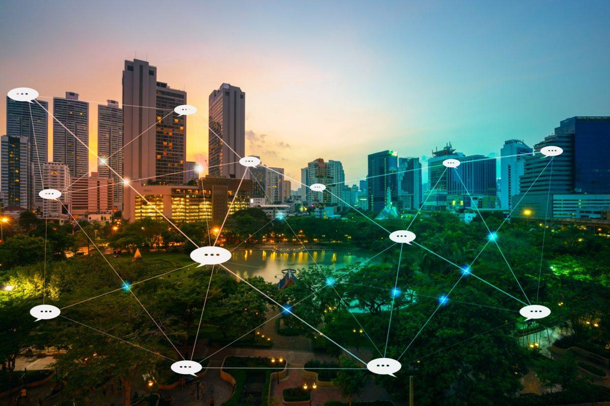 Abstrakte Vernetzung von Sprechblasen als Metapher für KI-basierte Sprachtechnologien in der Finanzbranche
