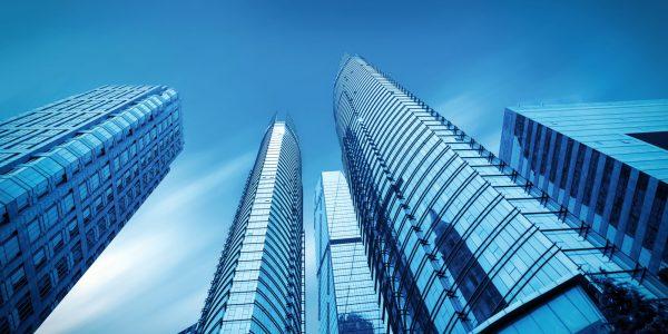 Skyline Hochhäuser als Metapher für Megafusion europäischer Banken – quo vadis / BankingHub