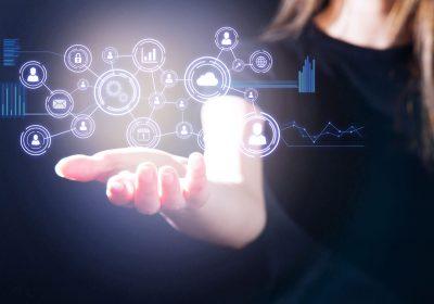 Abstraktes Bild zeigt Frau, die verschiedene digitale Kanäle verbindet als Metapher für Omnichannel-Banking und die Auswirkungen auf das Bankmanagement