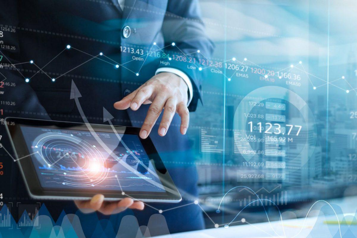 """Businessmensch der zwischen Zahlen navigiert als Metapher für den Artikel """"Private Banking Pricing Studie – Ergebnisse und Handlungsfelder"""""""