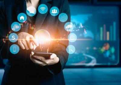 """Businessmensch im Ökosystem des Smartphones vertieft als Metapher für """"Empfehlungen für Ökosysteme im Firmenkundenbanking"""""""