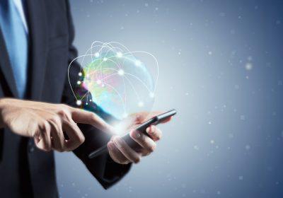 """Businessmensch im Smartphone vertieft als Metapher für """"Empfehlungen für Plattformen im Firmenkundenbanking"""""""