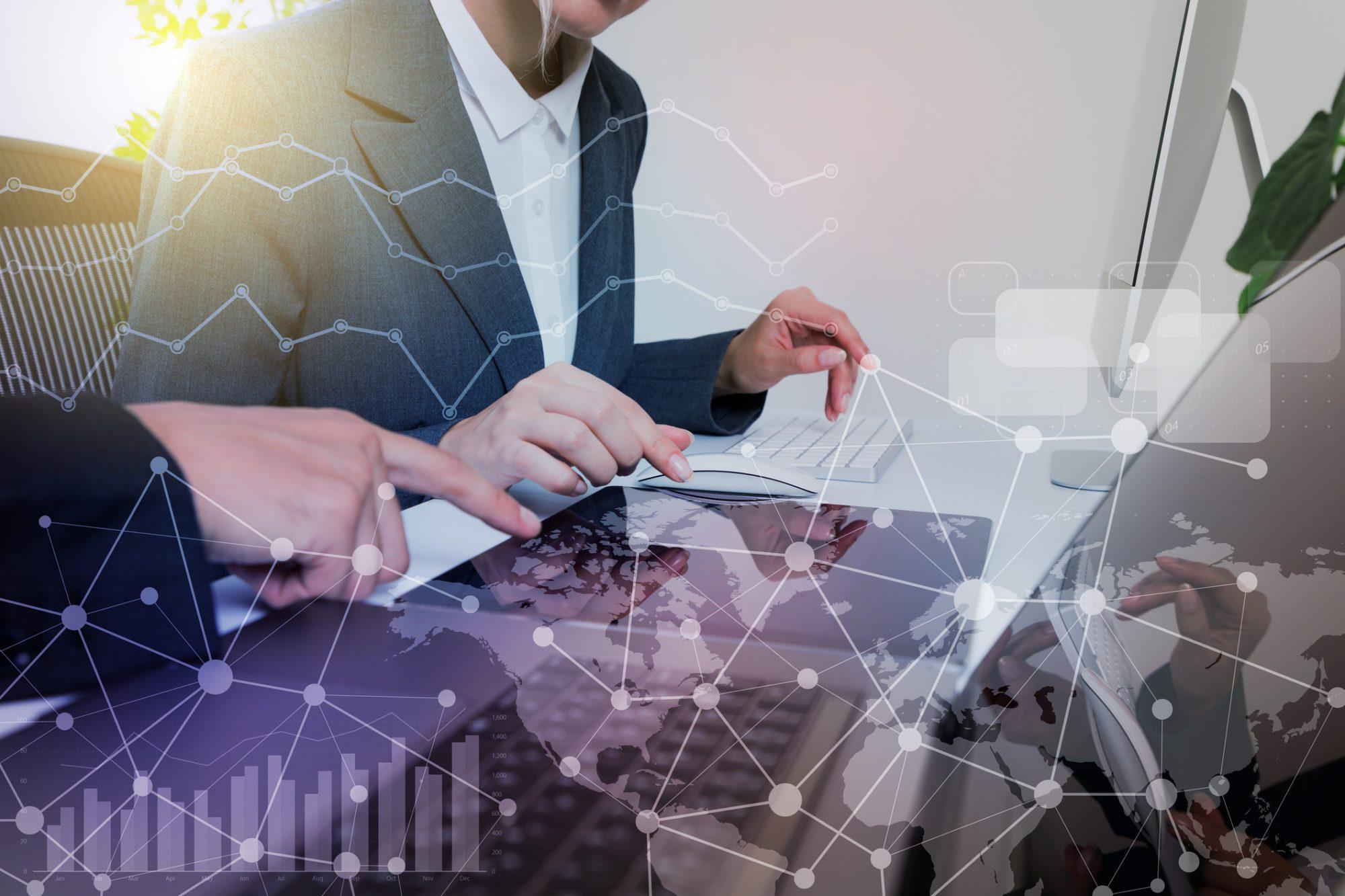 """Businessmensch weist auf Entwicklungen hin als Metapher für """"Entwicklungen bei Portalen, Plattformen und Ökosystemen im Firmenkundenbanking"""""""