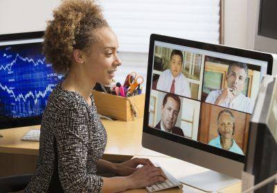 """Bild von Business-Frau, die an Webkonferenz teilnimmt als Metapher für """"Regionalbanken Von der Corona-Krise zurück in den Leistungsmodus"""""""