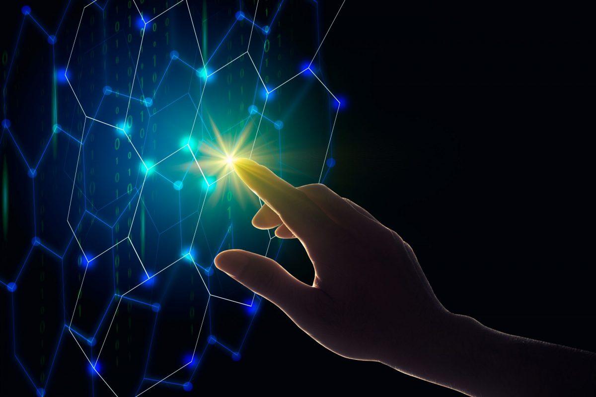 """Hand zeigt auf Datennetz als Metapher für """"Interview mit Robo Advisor growney / Robo Advice / Robo Advisory Markt 2020"""""""