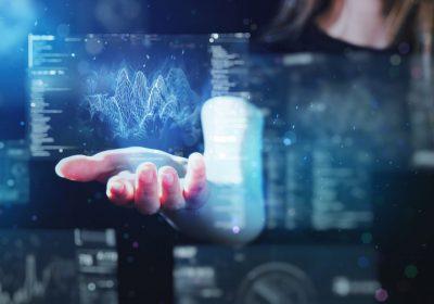 """Frau hält futuristisches Gewinde an digitalen Graphen als Metapher für """"LCR-Prognose mit KI"""""""