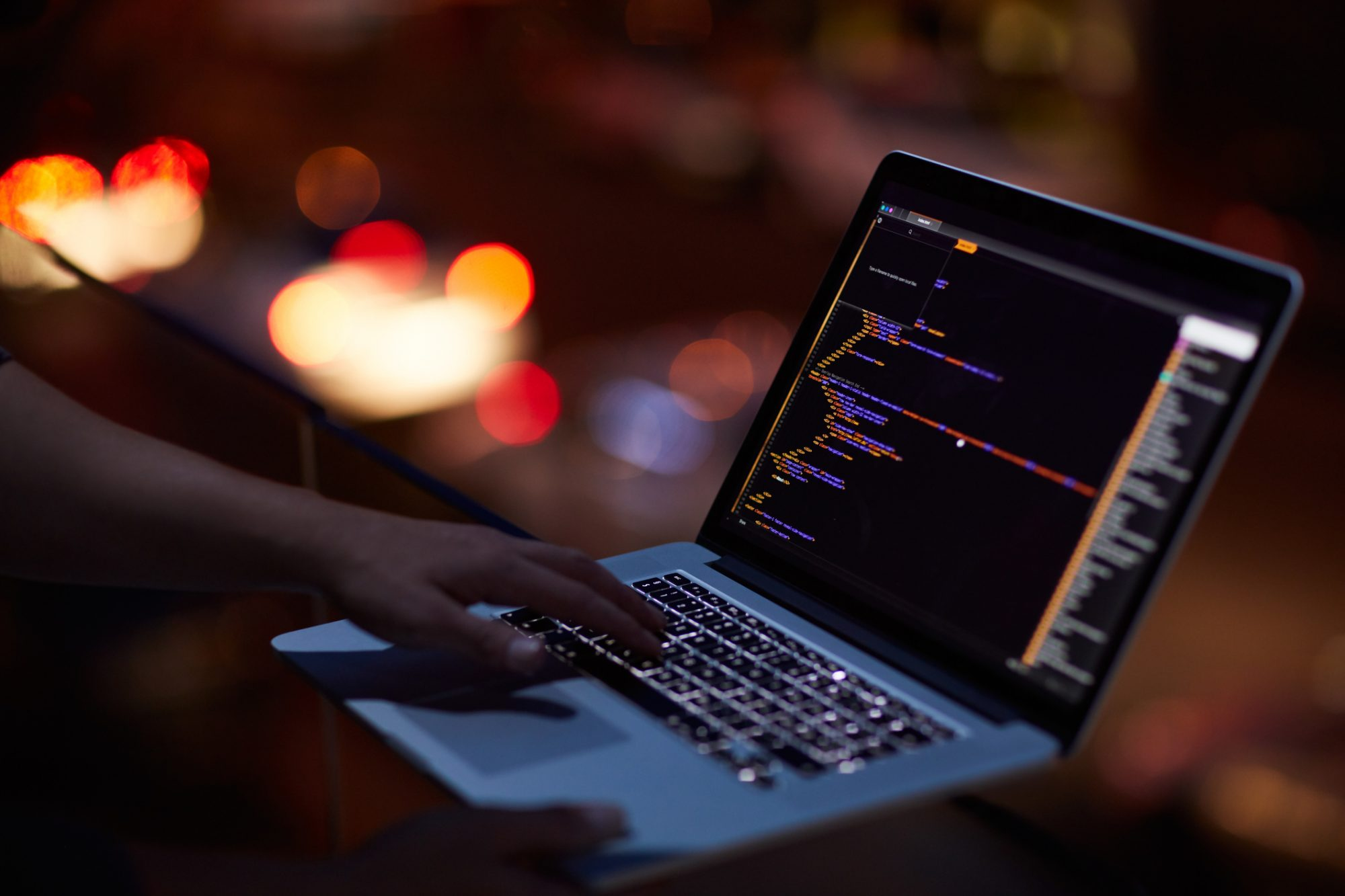"""Person am Coden als Metapher für """"Low-Code: Werkzeuge für Unternehmensretter"""""""