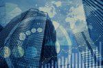 """Bankengebäude im Hintergrund eines abstrakten Datennetzes als Metapher für """"Steigert der Covid-19-Lockdown die Nutzung digitaler Kanäle im Banking?"""""""