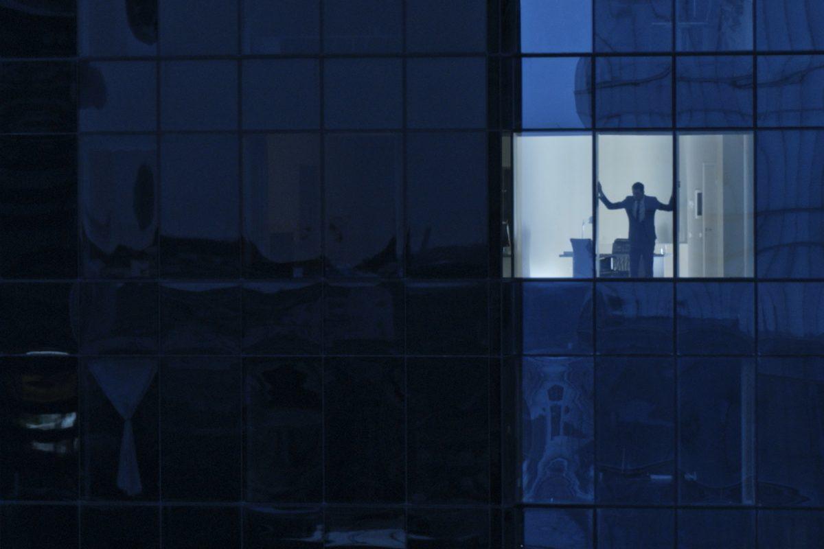 """Mann blick aus Bankentower als Metapher für """"European Banking Study 2020 Auswirkungen von COVID-19 auf europäische Banken"""""""