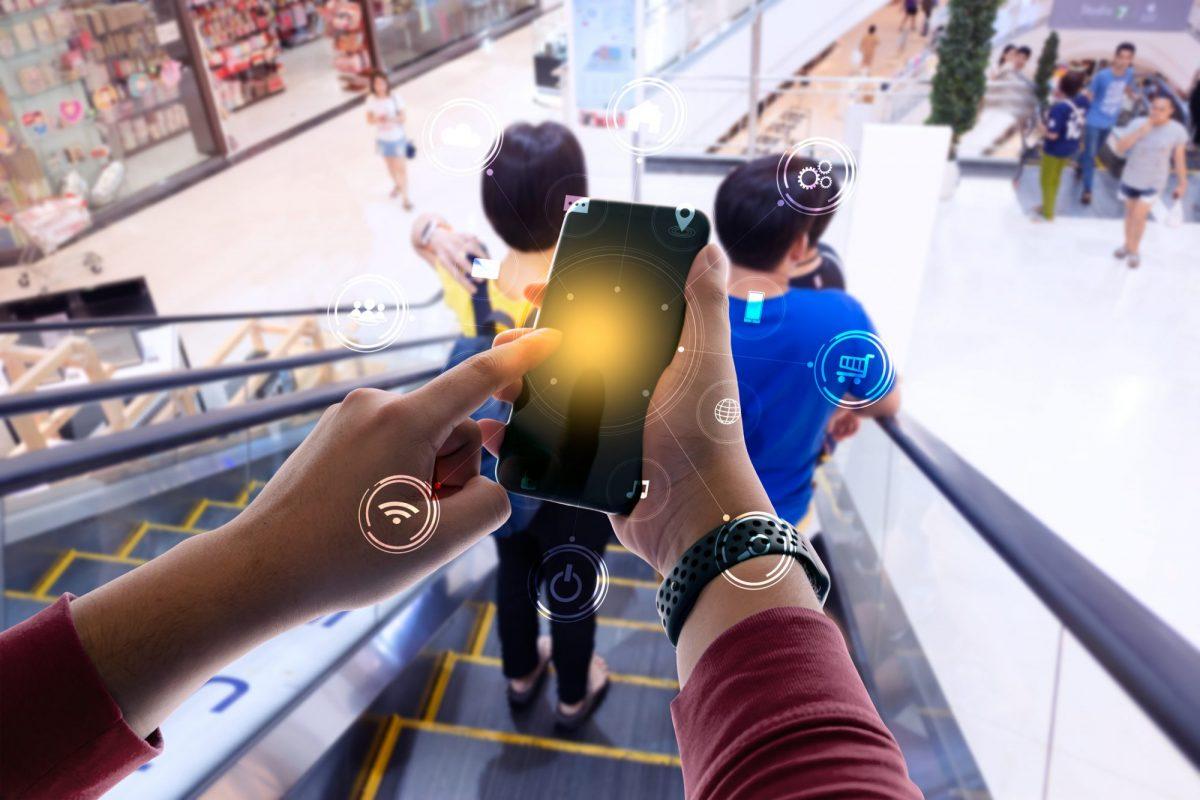 """Person, die App auf Smartphone öffnet als Metapher für """"Plattformökonomie – ZURÜCK zur Innovation im Banking"""""""
