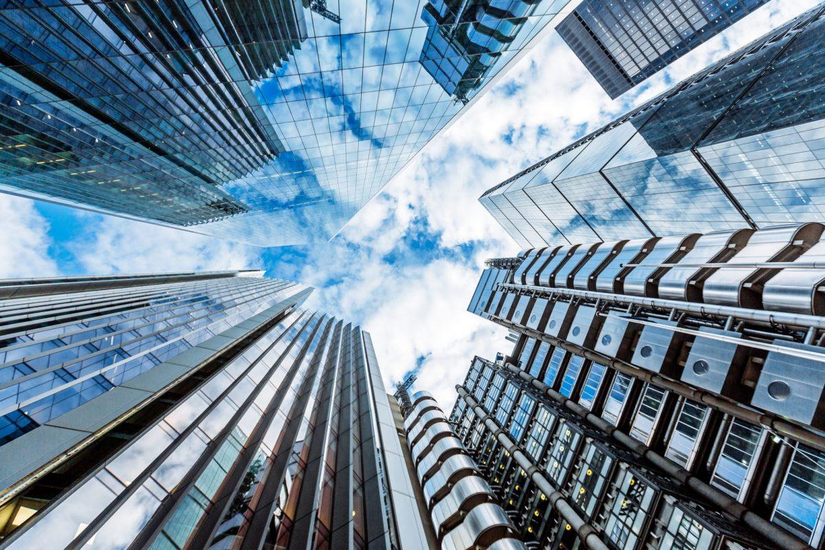 """Bilck zwischen Bank-Hochhaustürmen nach oben als Metapher für """"Gesamtbanksteuerung unter der neuen normativen Perspektive"""""""