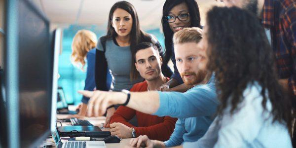 """Mitarbeiter in Teamarbeit vertieft als Metapher für """"Unternehmenskultur / Organisationskultur messen Strukturen erkennen und verbessern"""""""