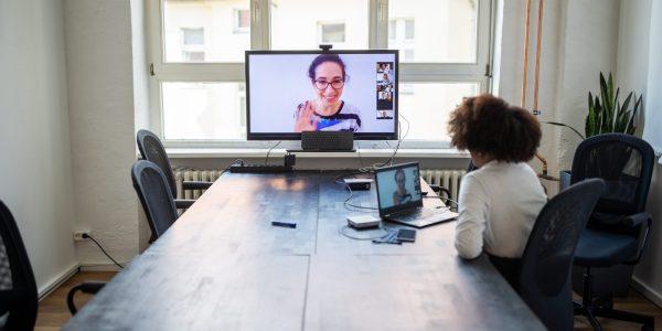 """Kollegen im Videocall als Metapher für """"Messung der Arbeitszufriedenheit Wie zufrieden sind Sie"""""""