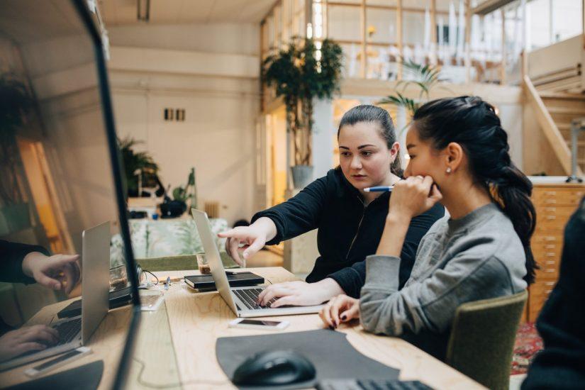 """Mitarbeiter in Teamarbeit vertieft als Metapher für """"IOrganisationskultur analysieren: Praxiserprobte Tests und Assessments"""""""