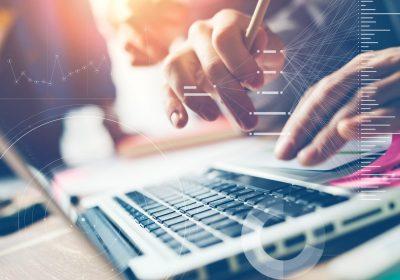 Mensch arbeitet an einer Analyse auf dem Notebook als Metapher für SREP-Leitlinien verlangen Wettbewerbsanalysen zum Geschäftsmodell