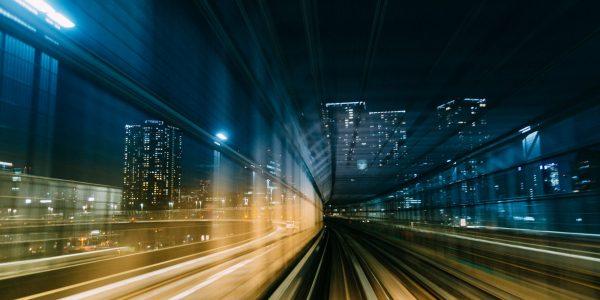"""Überholspur in die Großstadt als Metapher für """"Wealth Management: 5 To-dos für die Demokratisierung und Hyperpersonalisierung"""""""